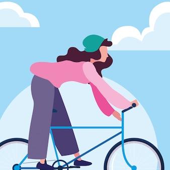 Jonge vrouwen berijdende fiets met hemel en wolken