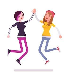 Jonge vrouwen die gevend hoogte vijf springen