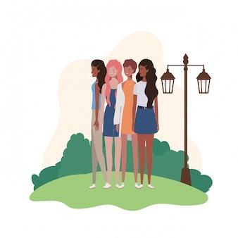 Jonge vrouwen die zich met landschapsillustratie bevinden