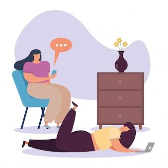 Jonge vrouwen gebruikend laptop en smartphone en werkend in het huis