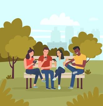 Jonge vrouwen, mannen zitten op de bank en kijken naar gadgets in het park. vector platte cartoon stijl illustratie