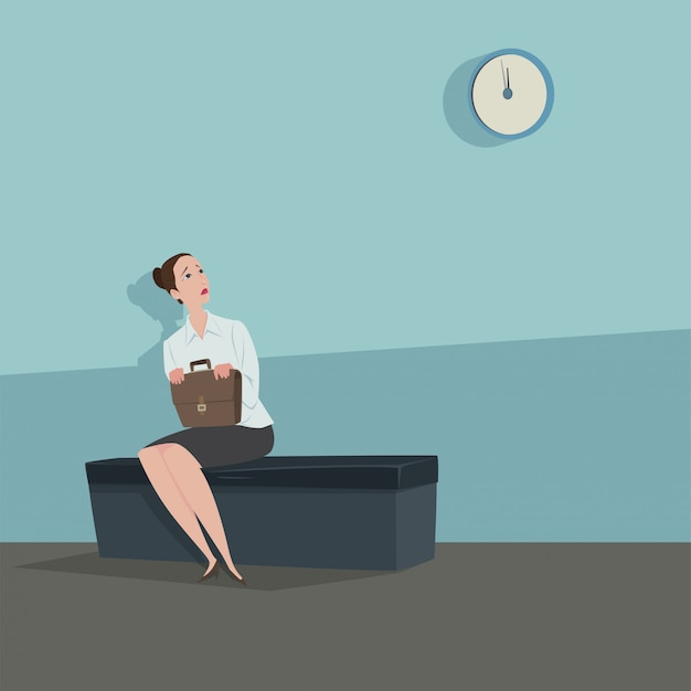 Jonge vrouwenzitting op de stoel die de klok kijken die op iemand wachten.