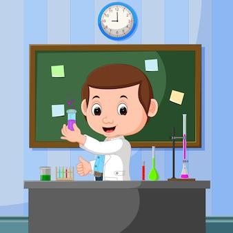 Jonge wetenschapper wijst naar schoolbord en glimlachen