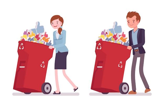 Jonge zakenman en zakenvrouw duwen vuilnisbakken op wielen met likes