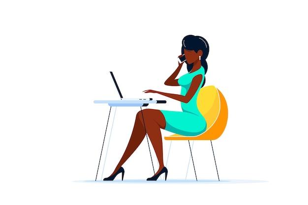 Jonge zwarte bedrijfsdame die op laptop aan het bureau in bureau werkt. vlakke stijl illustratie