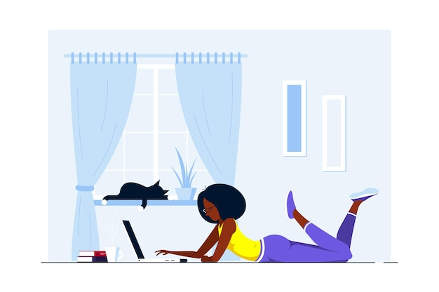 Jonge zwarte vrouw die thuis op de vloer ligt en aan computer werkt. werken op afstand, kantoor aan huis, zelfisolatie concept. vlakke stijl illustratie.