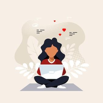 Jonge zwarte vrouw zittend op de vloer en bezig met laptop. freelance, werken op afstand, online studeren, thuiswerken. vlakke stijl vectorillustratie.