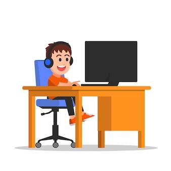 Jongen die hoofdtelefoon draagt en spelletjes speelt op de computer