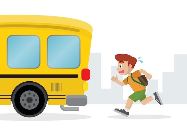 Jongen die na een schoolbus loopt.