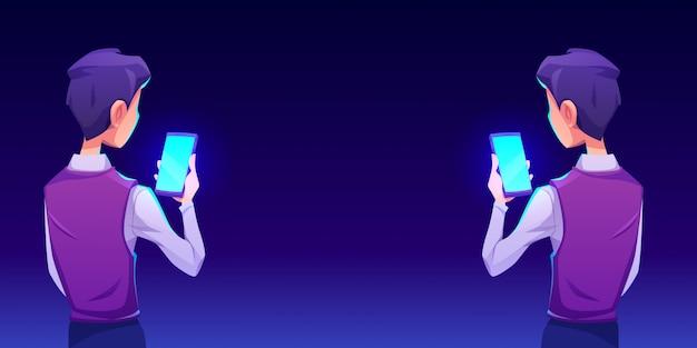 Jongen die smartphone app achtermening gebruiken