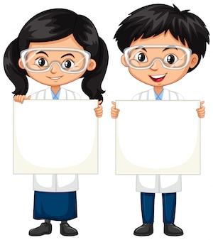 Jongen en gril holding whiteboard
