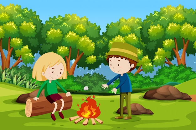 Jongen en meisje die bij bos kamperen