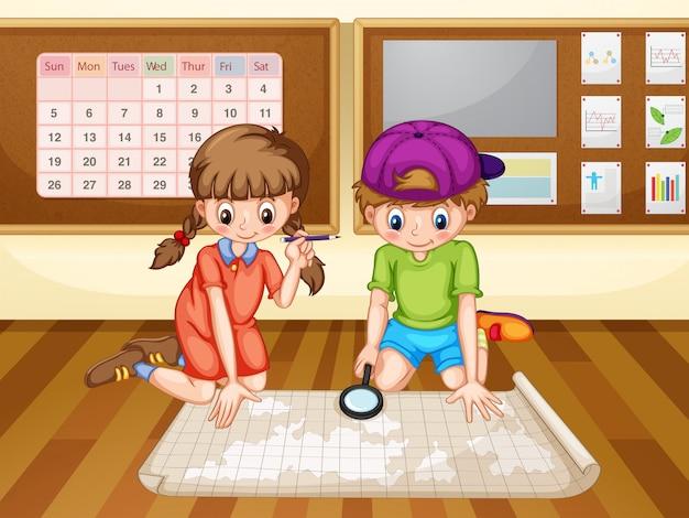 Jongen en meisje die de kaart bekijken