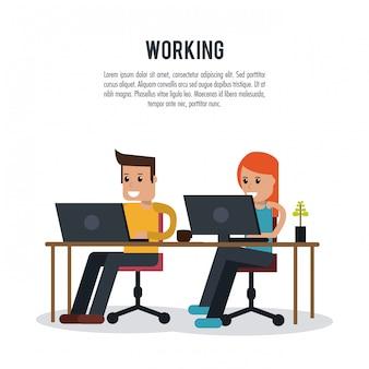 Jongen en meisje die op laptop werkt