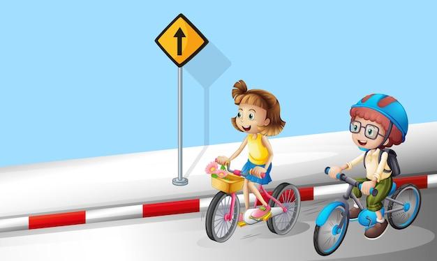 Jongen en meisje fietsen op straat