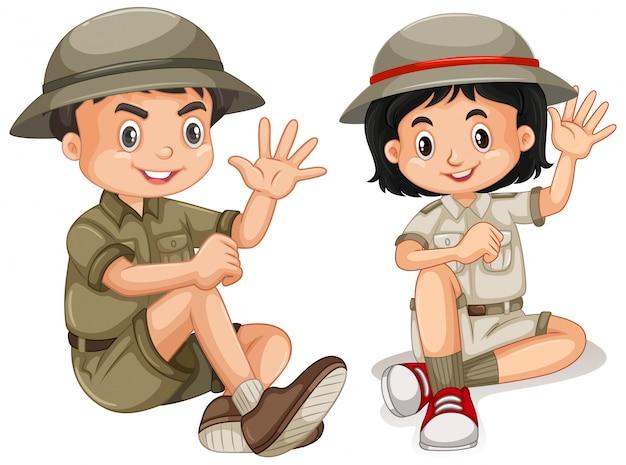 Jongen en meisje in geïsoleerde safariuitrusting