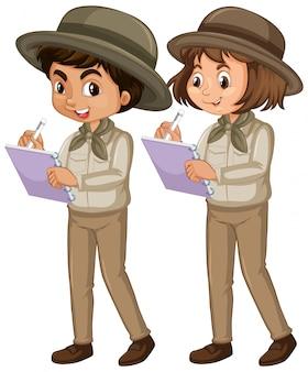 Jongen en meisje in geïsoleerde verkenner eenvormig