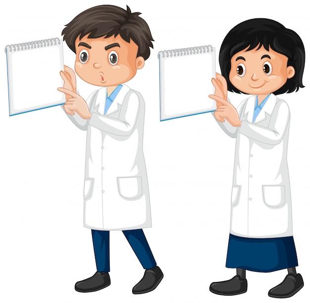 Jongen en meisje in laboratoriumtoga op wit