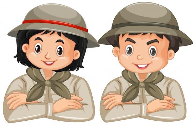 Jongen en meisje in safariuitrusting op wit