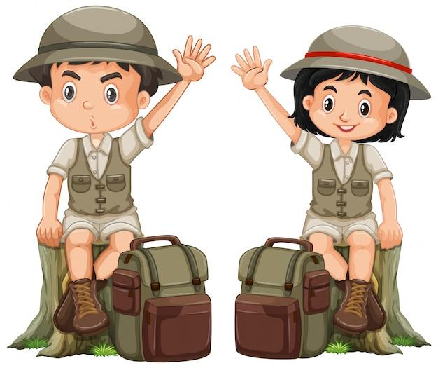 Jongen en meisje in safariuitrusting op witte achtergrond