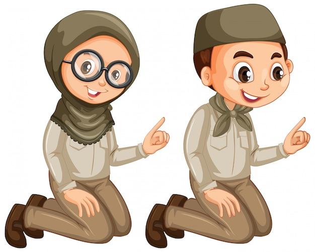 Jongen en meisje in verkenner eenvormig op wit