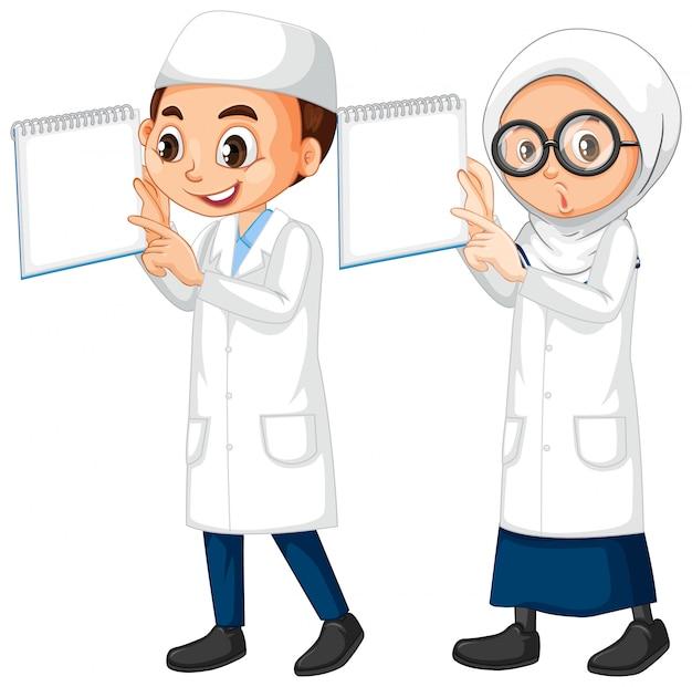 Jongen en meisje in wetenschapstoga die zich op wit bevinden