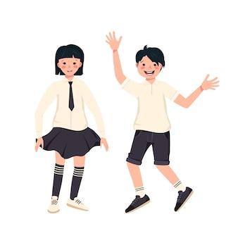 Jongen en meisje met donker haar, kapsel en schooluniformen. blije lachende kinderen.