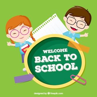 Jongen en meisje met een bril terug in de school
