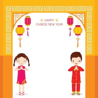 Jongen en meisje permanent in poort, traditionele viering, china, gelukkig chinees nieuwjaar