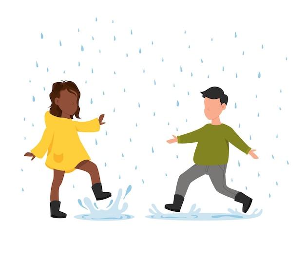 Jongen en meisje rennen in de regen kinderen met regenlaarzen springen in een plas