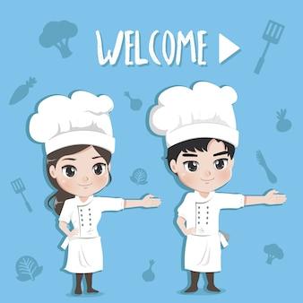 Jongen en meisje van chef-koks verwelkomen de klant met een gelukkige en tevreden uitdrukking,