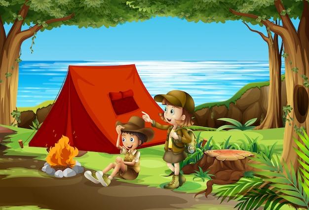 Jongen en meisje verkenner kamperen in de natuur