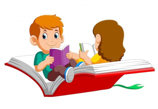 Jongen en meisjeskind die op een groot open boek vliegen
