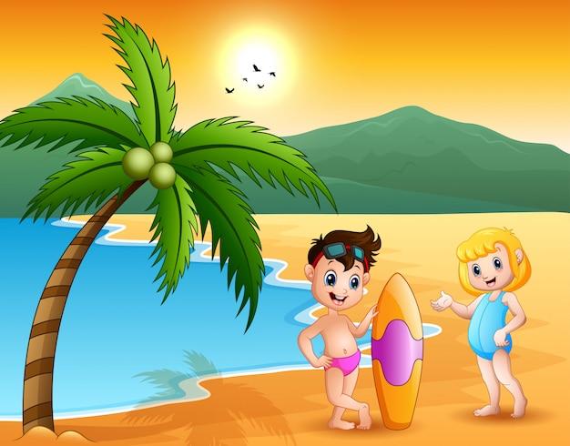 Jongen en meisjespaar met surfplanken bij het overzees