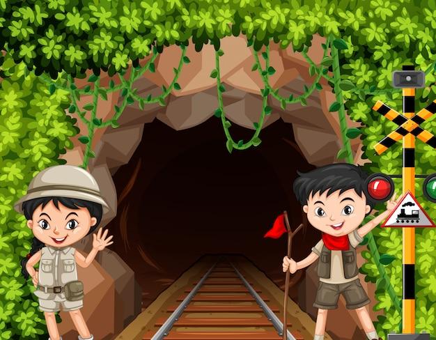 Jongen en meisjesverkenner voor tunnel