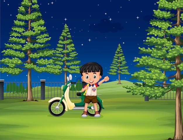 Jongen en motorfiets in het park