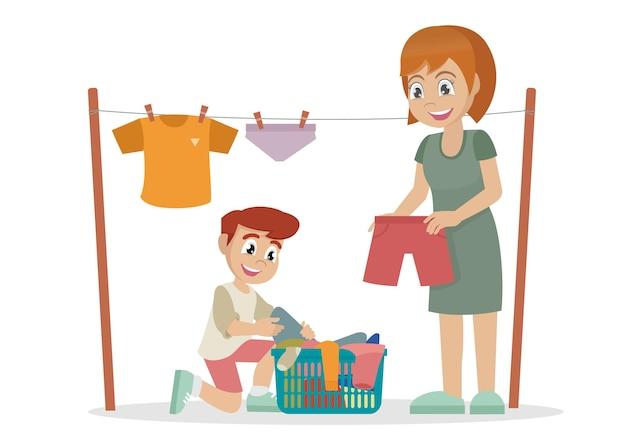 Jongen helpt moeder het shirt buiten te drogen