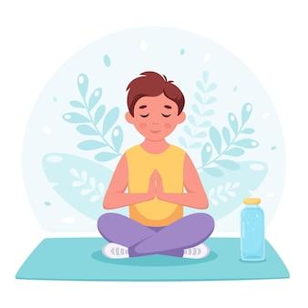 Jongen mediteert in lotushouding gymnastiekyoga en meditatie voor kinderen