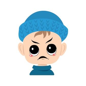 Jongen met emoties in paniek verrast gezicht geschokte ogen in blauwe gebreide muts schattige jongen met bang...