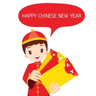 Jongen met enveloppen, traditionele viering, china, gelukkig chinees nieuwjaar