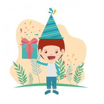 Jongen met feestmuts en geschenkdoos in verjaardagsviering