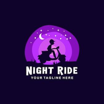 Jongen rijden op een motorfiets in de nacht