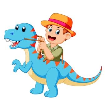 Jongen speelt en gebruikt het blauwe tyrannosaurus rex-kostuum