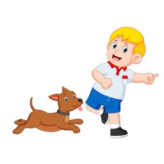 Jongen speelt met zijn hond