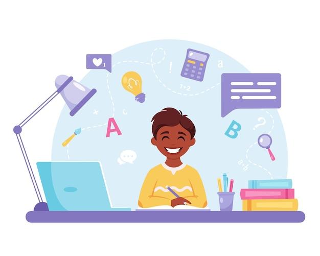 Jongen studeert met computer online leren terug naar school