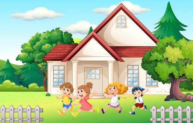 Jongens en meisje lopen in de achtertuin