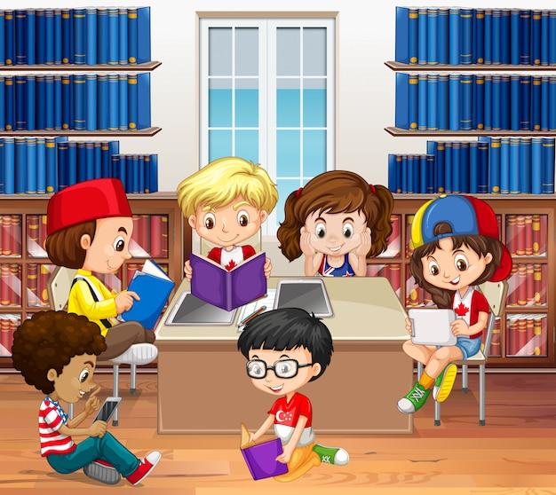 Jongens en meisjes die in bibliotheek lezen