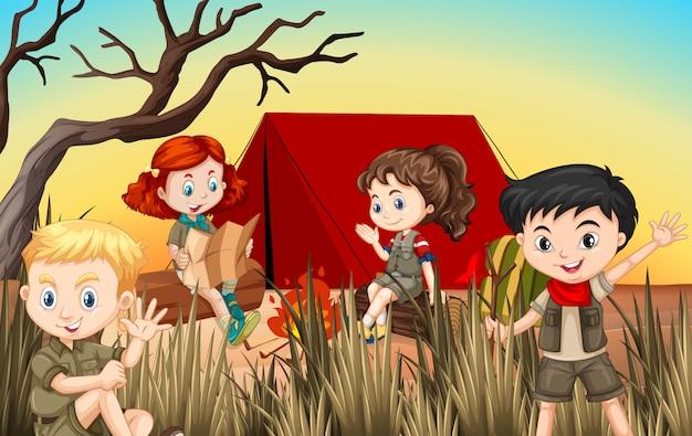 Jongens en meisjes die kamperen in het veld