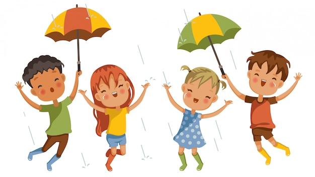 Jongens en meisjes midden in de regenbuien, aangename emoties samen, verwelkomend de eerste regen van het regenseizoen