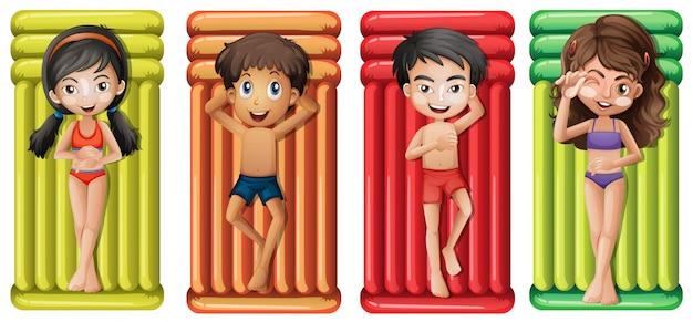 Jongens en meisjes op rubberen matras